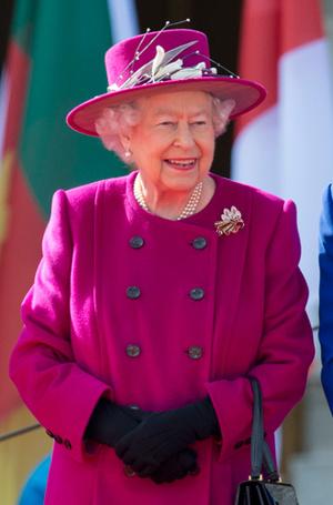 Фото №14 - Как отличить Королеву: каблук 5 см, сумка Launer, яркое пальто и никаких брюк