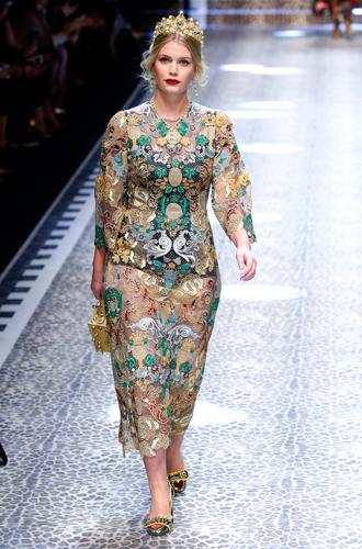 Фото №7 - Голубая кровь на подиуме: наследницы британской короны в показе Dolce & Gabbana