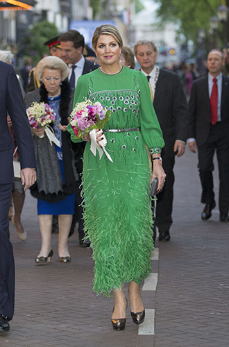 Фото №23 - Модный реверанс: принцессы и королевы в нарядах своих мам и свекровей