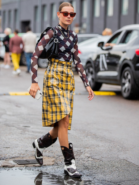 В обычной жизни акцентная обувь требует нейтральных вещей. Стритстайл— это исключение.