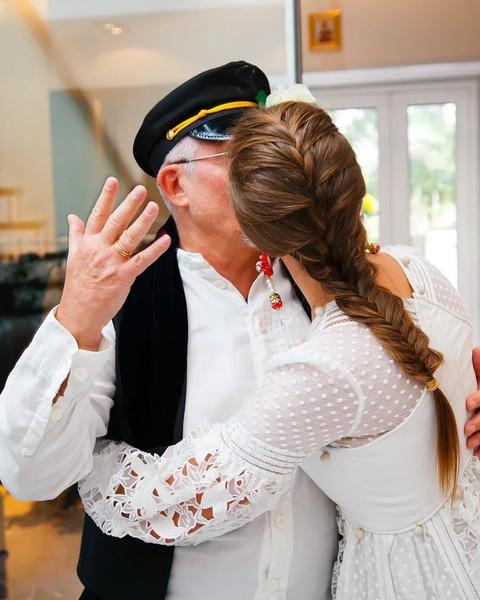 Фото №2 - «Зачем так унижать прилюдно?»: публика в шоке, как Дибров запустил в лицо жены тортом