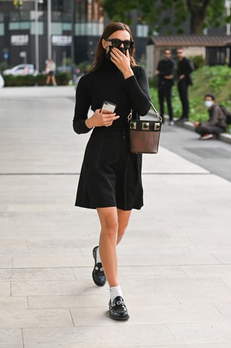 Фото №1 - Юбка-шорты + водолазка: что носит Ирина Шейк между показами в Милане?
