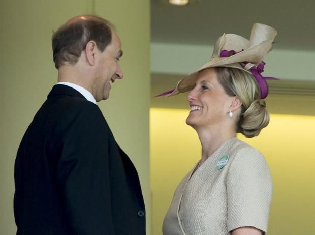 Фото №3 - История одного скандала: как «любимая невестка Королевы» и принц Эдвард зарабатывали на титулах