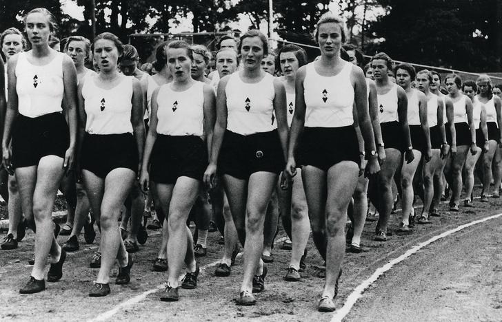 Марширует «Лига германских девушек». 1938