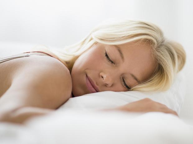 Фото №1 - Враг не спит: что вредит вашей коже во время сна (и как ее защитить)