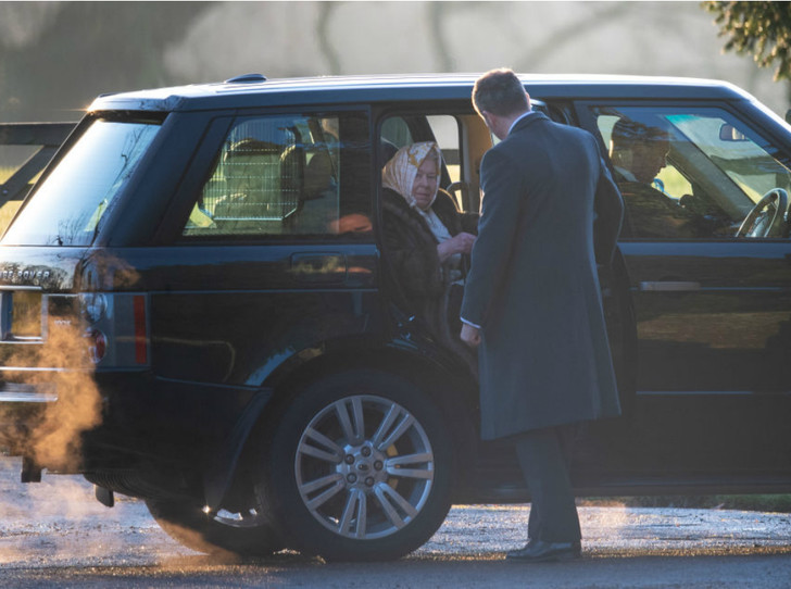 Фото №2 - Королевская семья на рождественской службе в Сандрингеме: без Сассекских, но с принцем Эндрю