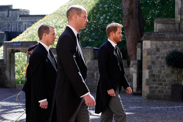Фото №2 - Разделительная полоса: первые фото принца Уильяма и Гарри на похоронах дедушки