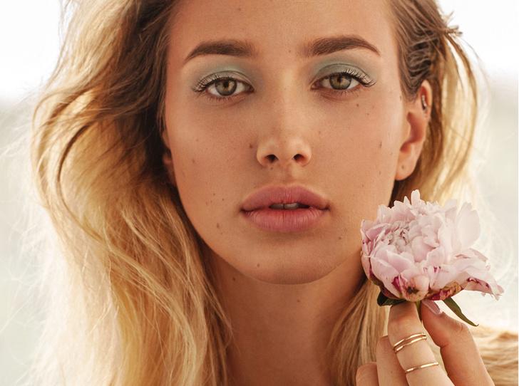 Фото №1 - Школа флористики: 4 интересных приема для «цветочного» макияжа