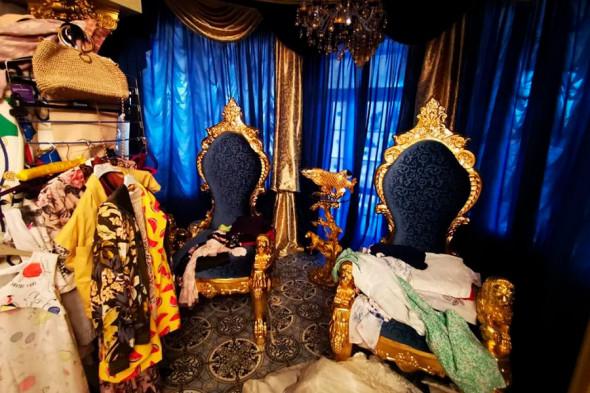 Фото №5 - Вензеля, велюровые диваны и золотой ободок унитаза: почему у тех, кто у власти, такой провинциальный вкус