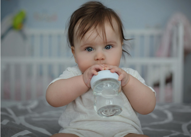 Фото №1 - Питье для младенца: надо ли давать воду грудничку