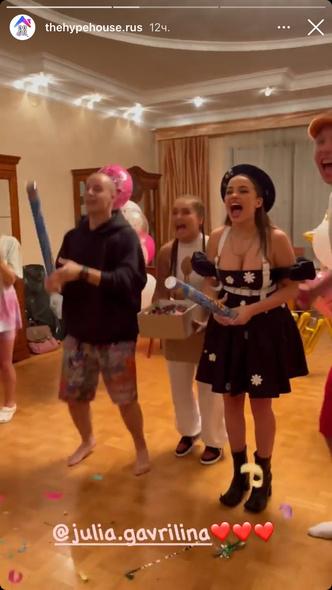 Фото №3 - Довели до слез: смотри, как участники Hype House поздравили с днем рождения Юлю Гаврилину