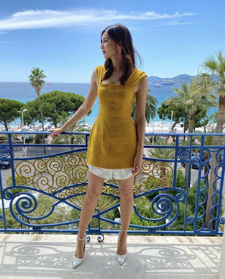 Фото №2 - Прозрачный намек: Джемма Чан в горчичном платье-футляре ностальгирует по Каннам