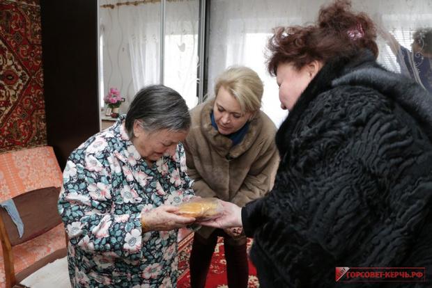 Фото №2 - В Крыму чиновницы в шубах подарили ветеранам по батону хлеба и медальке, но потом попытались «забыть» об этом (фото)