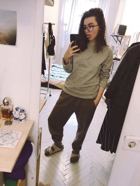 Штаны: maybe, лонгслив: Uniqlo, носки: неизвестно, тапки: Birkenstock, очки: Wildberries