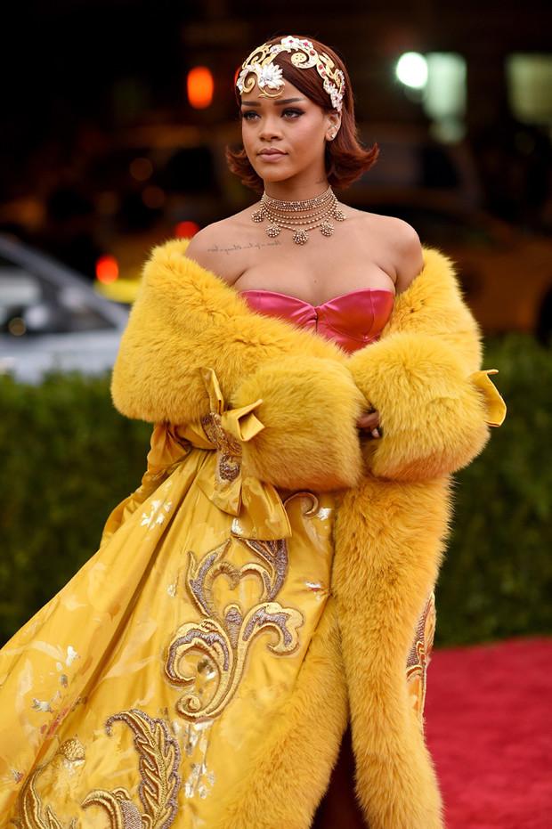 Фото №1 - «Я чувствовала себя клоуном»: Рианна неожиданно раскритиковала свое самое иконическое платье