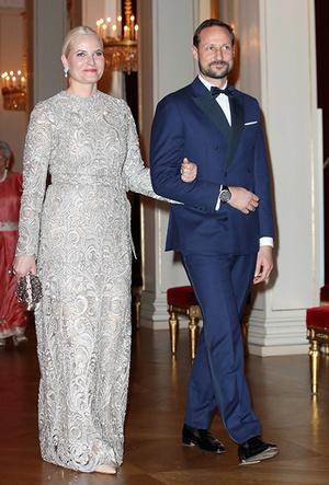 Фото №5 - Норвежские принцесса и королева показали класс в экономии на платьях