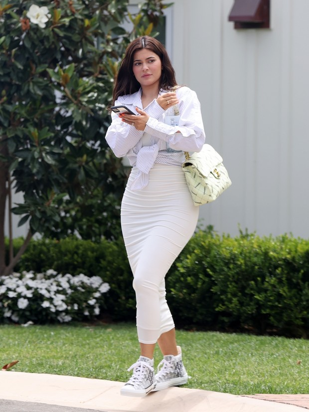 Фото №1 - «Опасная» облегающая юбка + офисная рубашка: неожиданно строгий образ Кайли Дженнер