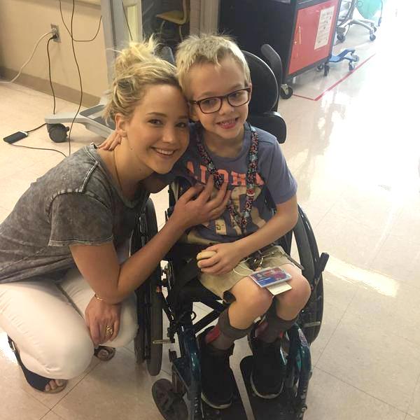 Дженнифер Лоуренс с пациентом детской больницы Shriners