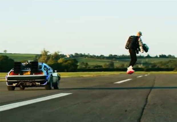 Фото №1 - Фанат фильма «Назад в будущее» воссоздал сцену из фильма, полетав на ховерборде рядом с Delorian (видео)