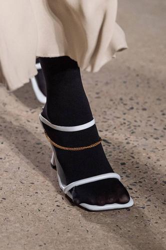 Фото №34 - Полный гид по самой модной обуви для весны и лета 2020