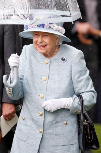 Фото №6 - Королева стиля: 5 образов Елизаветы II на Royal Ascot