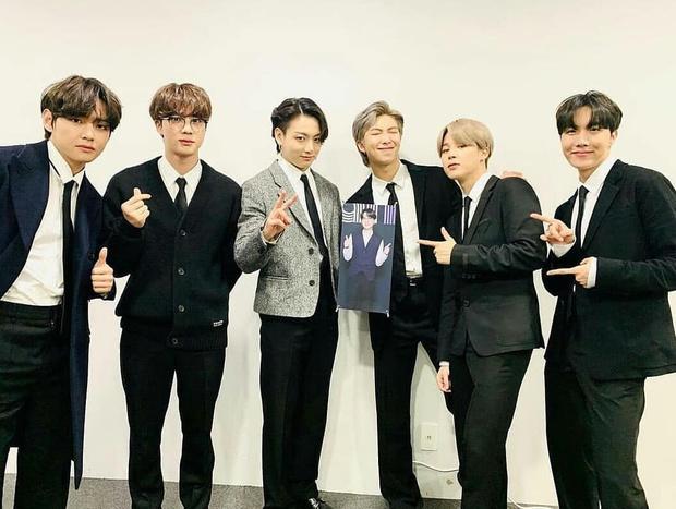 Фото №1 - So cute: на презентацию нового альбома BTS принесли маленькую копию Шуги