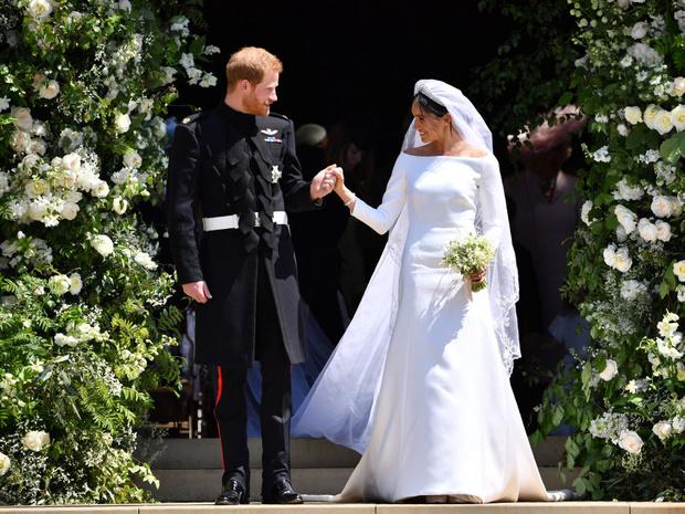 Фото №2 - Первое недовольство: почему Королеве не понравилось свадебное платье Меган
