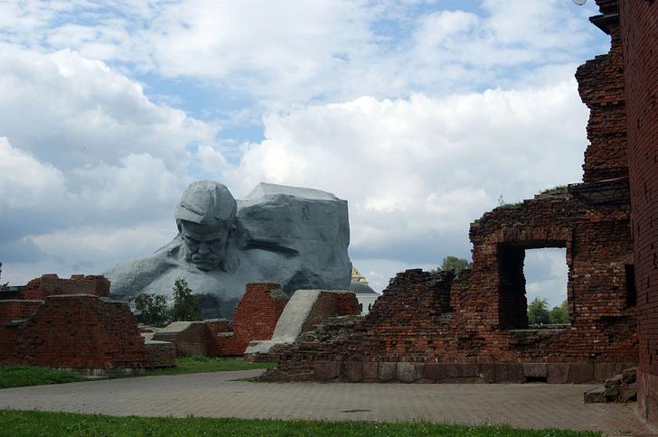 Фото №1 - За неуместные селфи в Брестской крепости будут штрафовать