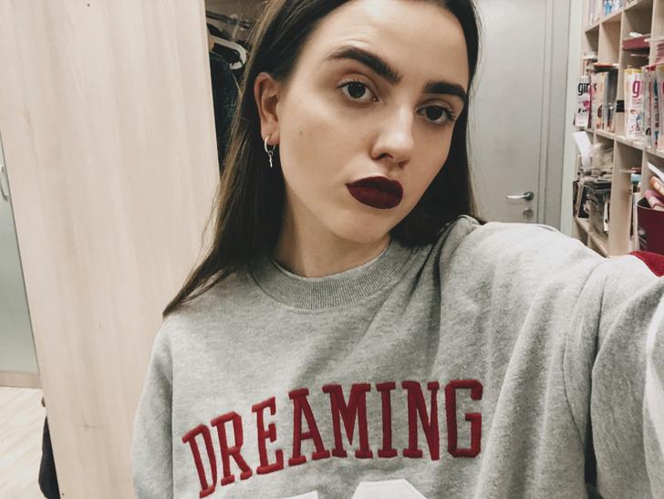 Фото №4 - Блог fashion-редактора: сочетаем свитшот американского школьника и яркие губы