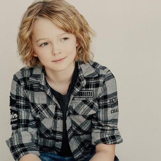 Фото №1 - «Sweet Tooth: Мальчик с оленьими рогами»: что нужно знать об актерах и героях фэнтези-сериала 💫