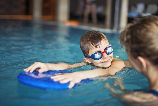 Фото №1 - 7 веских причин отдать ребенка на плавание