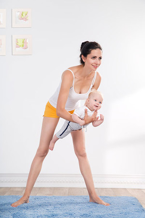 Фото №3 - Упражнения для восстановления формы после родов с малышом в руках