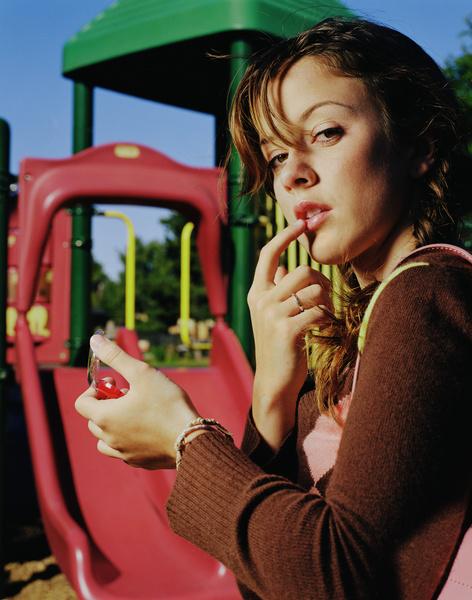 Фото №5 - Спрей-фиксатор, тинт, хайлайтер: необычные средства для естественного макияжа на 1 сентября