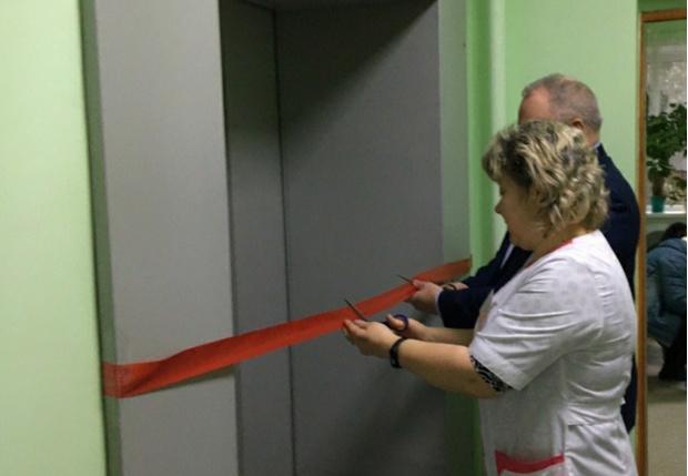 Фото №1 - В одной из больниц Вологодской области торжественно открыли новый лифт (фото)
