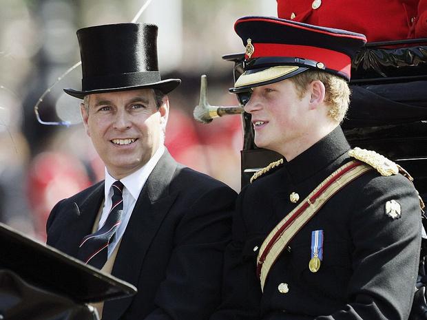 Фото №3 - Недостойное поведение: почему из-за Гарри и Эндрю никто не смог надеть военную форму на похороны принца Филиппа