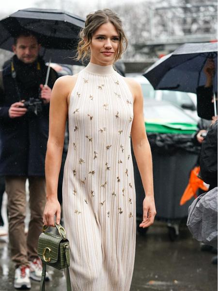 Стильные трикотажные платья 2021. Мастхэвы сезона 2021. Актуальное платье. Модное платье в цветочек. Стильное платье с аплекацией.