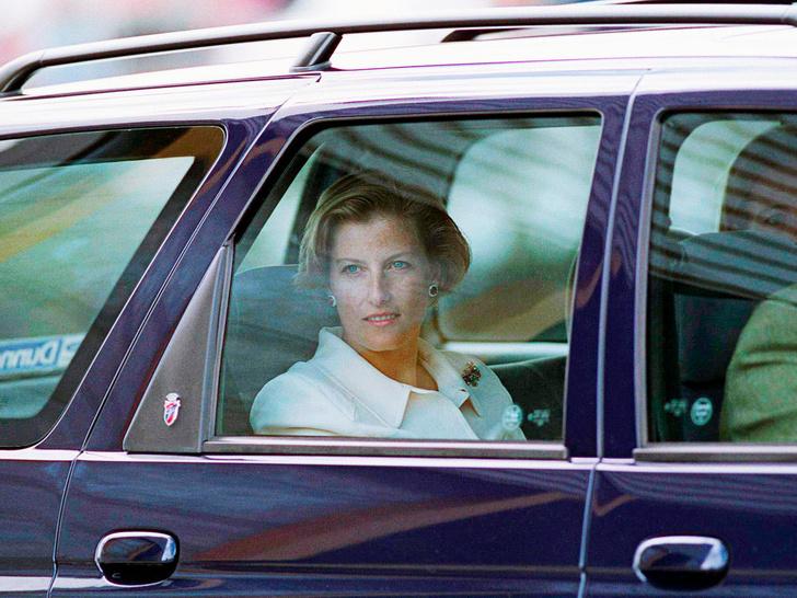 Фото №3 - Королева-купидон: как Елизавета «направляла» роман Эдварда и Софи Уэссекских