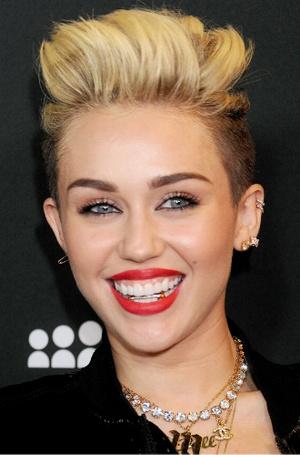 Фото №3 - Стразы, грилзы и клыки вампира: самые странные зубные «украшения» звезд