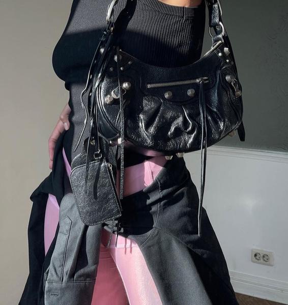 Фото №2 - Как стильно носить черный и розовый вместе: учимся у Насти Ивлеевой