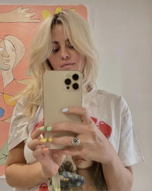 Фото №1 - Восемь часов окрашивания ради кардинальной перемены во внешности: Селена Гомес теперь платиновая блондинка