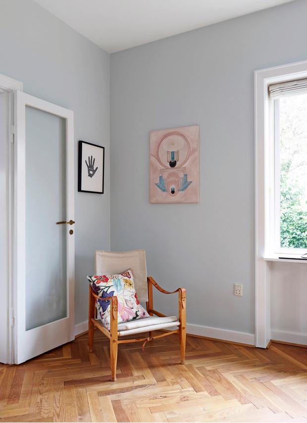 На стене слева— картина Олафа Бройнинга (Olaf Breuning). На стене справа— картина Эмилии Иман (Emilie Iman). Подушка, I Blame Lulu.