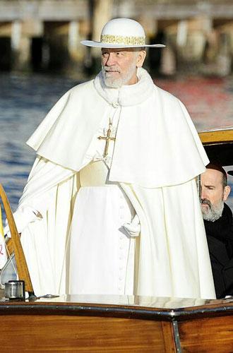 Фото №3 - Сутаны в кристаллах Swarovski и ателье «оскароносных» шляп: стиль в сериале «Новый папа»