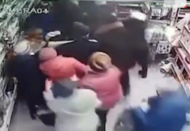 Фото №1 - В Уфе покупатели устроили битву за телевизоры со скидкой (видео)