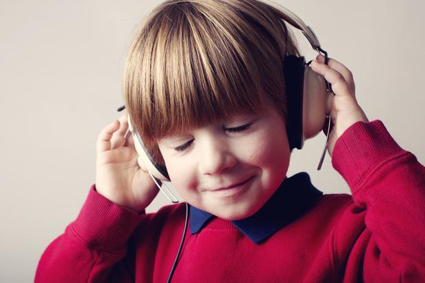 Фото №1 - Можно ли детям слушать аудиокниги: мнение психолога