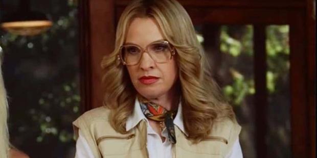 Лесли Гроссман в роли экстремально странной начальницы пионерлагеря.