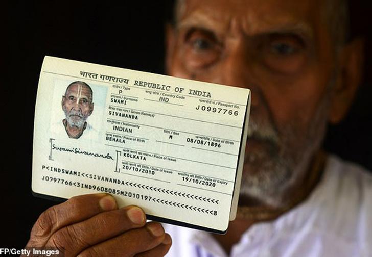 Фото №1 - В аэропорт Абу-Даби пришел на рейс пассажир, которому по документам оказалось 123 года