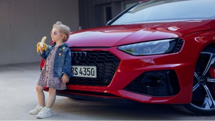 Фото №2 - Audi извинилась за рекламу семейного автомобиля из-за фотографии девочки с бананом. В ней увидели эротический подтекст