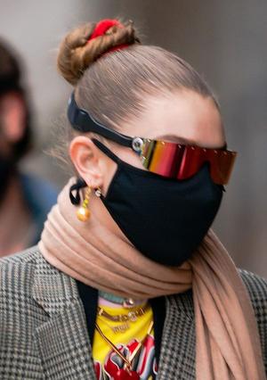 Фото №8 - Стильно носим маску и очки: 4 крутых образа от Джиджи Хадид