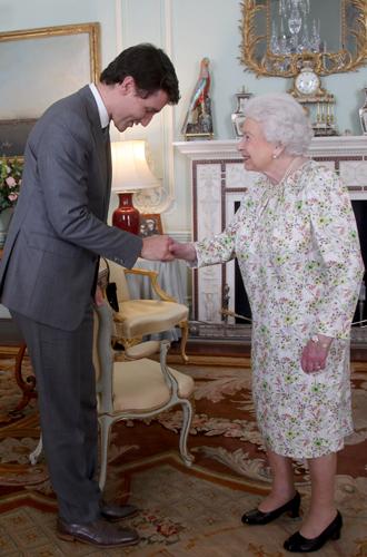 Фото №4 - Нарушил или нет: чего не сделал Дональд Трамп при встрече с Королевой (и был ли должен)