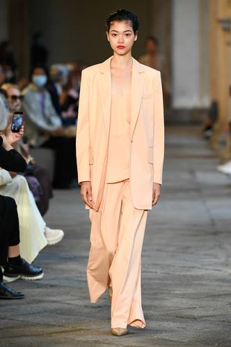 Фото №7 - Идеально скроенные пальто, самые стильные тренчи и брючные костюмы на показе Max Mara